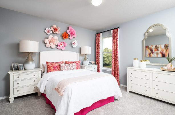 big pink flowers on the wall can beautify a bedroom so much